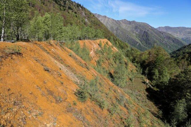 Les déchets d'exploitation en bordure de la route qui mène au site minier. © Eric Dourel
