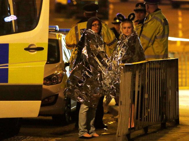 À la sortie de la Manchester Arena, lundi 22 mai, après l'explosion. © Reuters