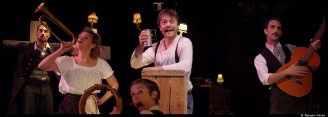 Au théâtre 13, Etienne Luneau nous invite à pousser les portes du fameux cabaret montmartrois, le Chat noir ! © Tiphaine Vézier
