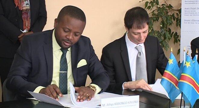 Le ministre congolais de l'environnement, Athys Kabongo Kalonji, et le directeur de Cerene Services, Claude Boisson, lors de la signature du contrat © France 3