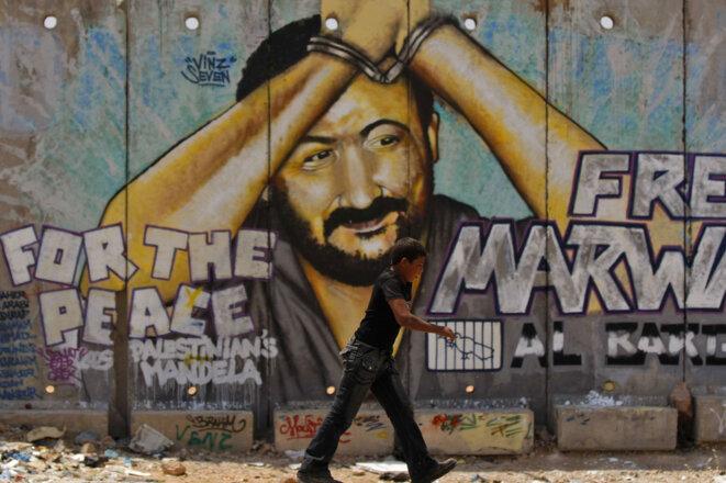 un-enfant-passe-pres-d-un-mur-peint-representant-marwan-barghouti