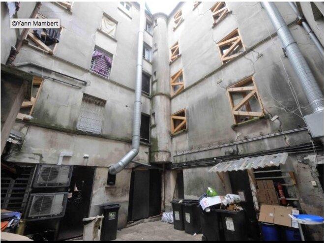 Photos publiées dans le « Journal de Saint-Denis ». La structure, qui menace de s'écrouler, est soutenue par des poutres de toutes sortes, en bois ou métalliques. © JSD
