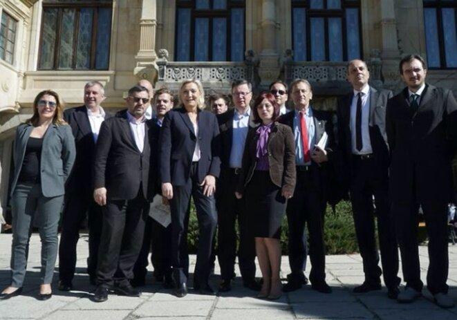 Charles Van Houtte (deuxième en partant de la gauche) aux côtés d'une partie du groupe ENL au Parlement européen, en avril 2016. © Facebook de l'ENL.