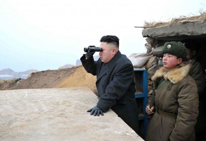 Kim Jong-un observant à la jumelle la Corée du Sud. © Reuters
