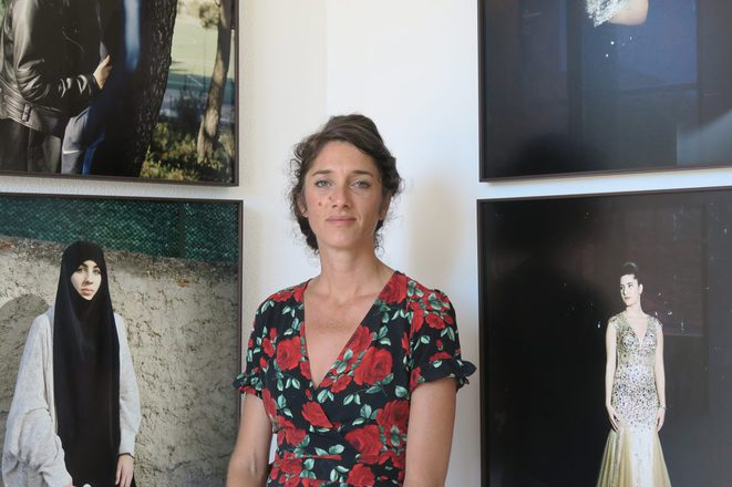 Yohanne Lamoulère devant son exposition « Gyptis et Protis, des histoires d'amour à Marseille » pour le projet « Jeunes-générations » © Benoit Drevet / ESJ PRO