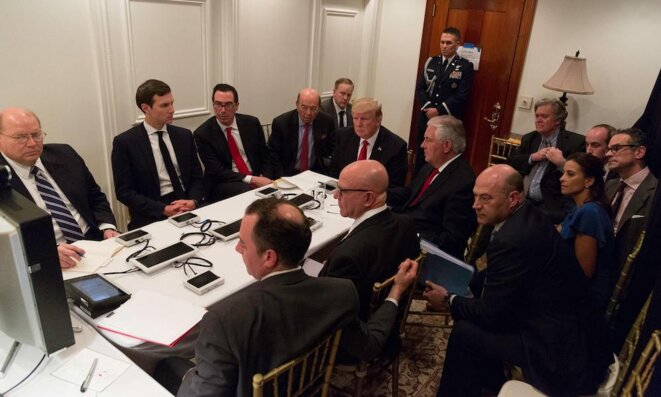 Trump en compagne de ses conseillers à la sécurité nationale © Reuters