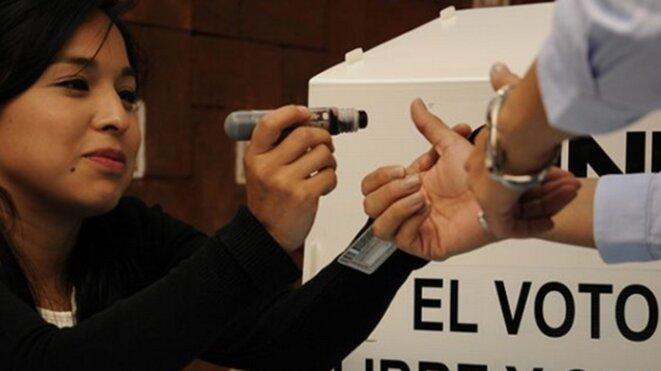Dans un bureau de vote de l'Etat de Mexico, le citoyen qui a voté se voit opposer une marque au doigt réputée indélébile © Anonyme