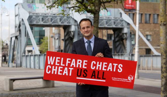 """Leo Varadkar et le panneau phare de la campagne. Littéralement : """"les fraudes sociales fraudent tout le monde"""""""
