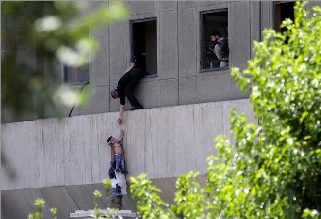 Téhéran, 7 juin 2017. Un jeune garçon est évacué durant l'attaque contre le Parlement. © Omid Vahabzadeh / TIMA via REUTER