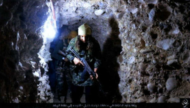 Photo d'un djihadiste dans un tunnel de Mossoul