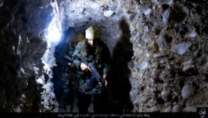 Photo d'un djihadiste dans un tunnel de Mossoul