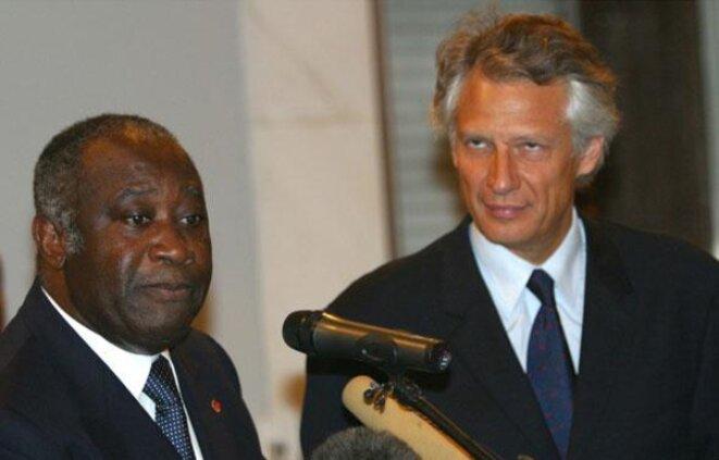 Laurent Gbagbo reçoit le ministre français des affaires étrangères Dominique de Villepin à Abidjan, le 1er février 2004. Paris avait déjà lâché le président ivoirien. © Reuters