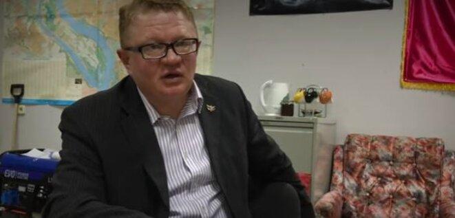 Sergey Tiunov a reçu longuement un journaliste de Novaya Gazeta et expliqué ses rapports avec son « compagnon d'armes » Sergey Dubinsky. Photo: capture d'écran Youtube.