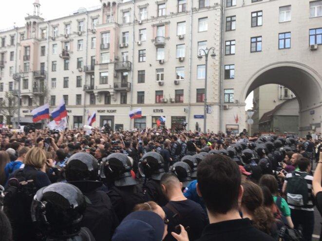 Au centre ville de Moscou participants aux festivités et partisans de Navalny défilent sous l'oeil attentif des forces de l'ordre. © Facebook / Ekaterina Boytsova