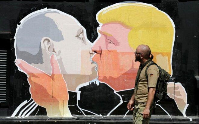 Sur un mur de Vilnius en Lituanie, une fresque sur Vladimir Poutine et Donald Trump © Ints Kalnins. Reuters