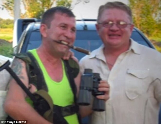"""Sergey Dubinsky (à gauche) dans une pose évoquant le """"bon vieux temps"""", en compagnie de Sergey Tiunov. Photo des archives de Sergey Tiunov via Novayagazeta.ru."""