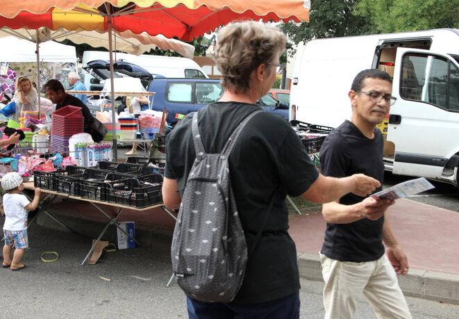 Une militante de La France insoumise tracte sur le marché d'Empalot à Toulouse © ER