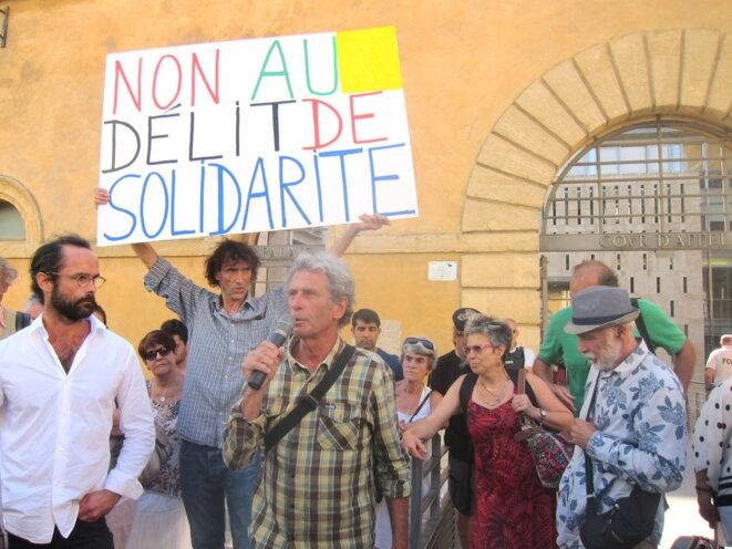 Une cinquantaine de militants, notamment de la LDH, étaient présents lundi devant la Cour d'appel d'Aix-en-Provence, pour soutenir Cédric Herrou © LF