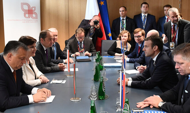 Emmanuel Macron (à droite sur la photo) face aux dirigeants du groupe de Visegrad, dont la Polonaise Beata Szydlo, le 23 juin à Bruxelles © Emmanuel Dunand / Reuters
