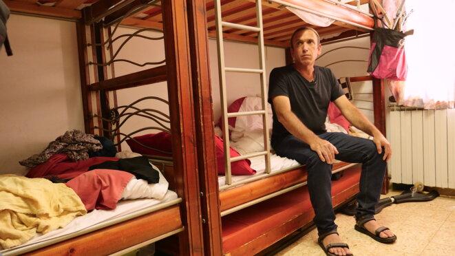 Elad Ziv dans la chambre où il dort avec sa famille et ses six enfants depuis qu'il a quitté Amona. © C. D.