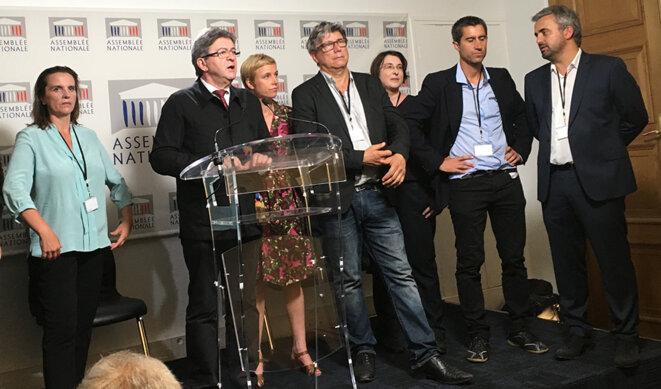 Jean-Luc Mélenchon et les députés insoumis pendant la conférence de presse du groupe. © CG