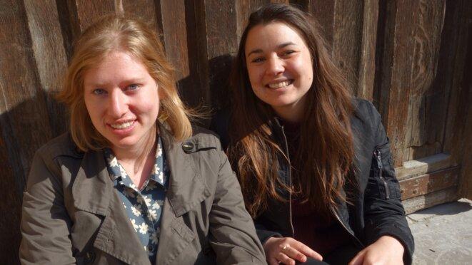 Adèle et Anna, engagées dans les activités sociales © Claire Ze