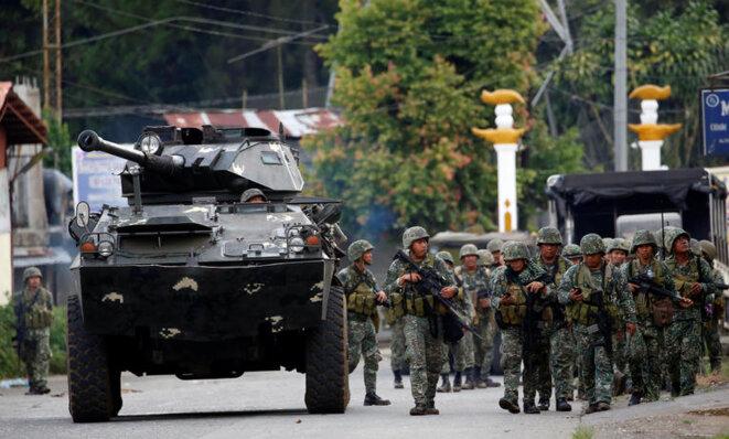 Des membres de l'armée philippine prennent position dans la ville de Marawi, le 28 mai 2017. © Reuters