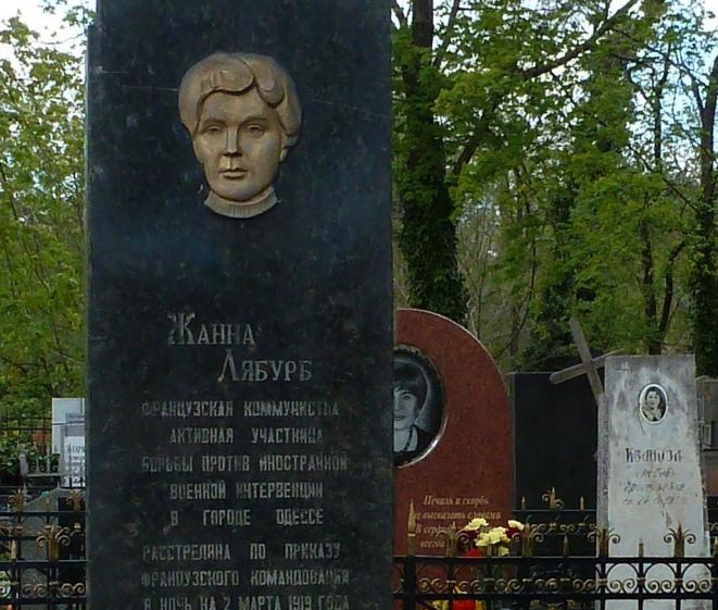 La stèle en l'honneur de Jeanne Labourbe, sur sa tombe au cimetière d'Odessa