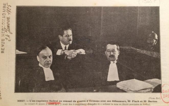Jacques Sadoul (au centre) entouré de ses avocats lors du procès d'Orléans en 1925 (BNF)