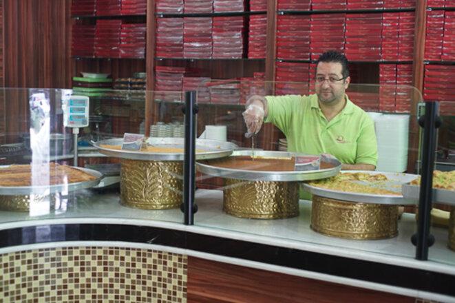 Tamem dans sa boutique « Konditorei Damaskus » © AP