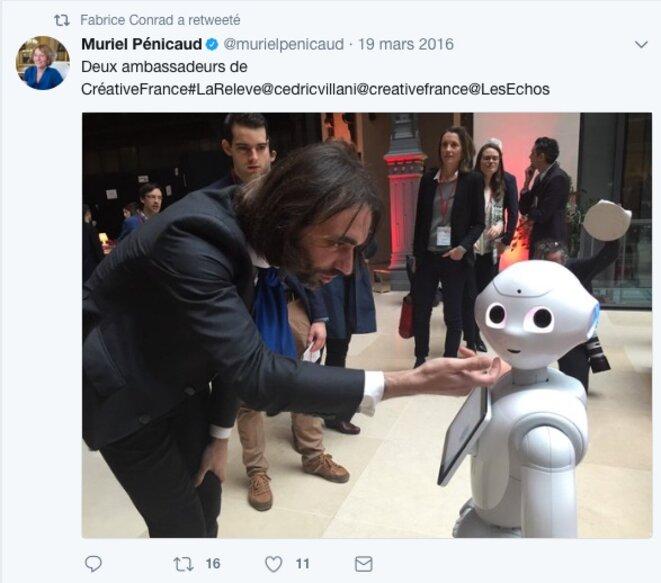 Sur le compte Twitter de Fabrice Conrad, une photo de Cédric Villani et d'un robot, postée par Muriel Pénicaud © Twitter