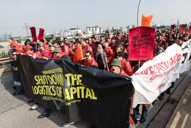 La manifestation visant à bloquer le port de Hambourg, vendredi matin © Yann Levy / Hans Lucas
