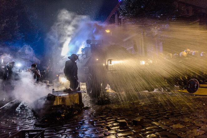 Les canons à eau interviennent devant le Rote Flora © Yann Levy / Hans Lucas