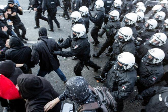 Charge de la police sur les manifestants de Welcome to hell © Yann Levy / Hans Lucas