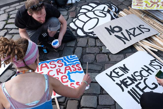Préparation de la manifestation « Welcome to hell », jeudi après-midi © Yann Levy / Hans Lucas