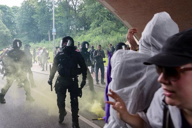 L'une des manifestations (« Queer Feminist Revolution ») vendredi matin à Hambourg, dispersée par la police © Yann Levy / Hans Lucas