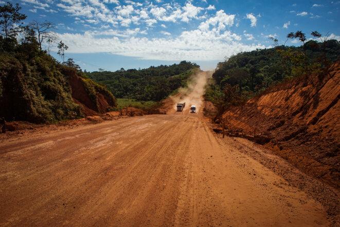 Les routes, comme ici la Transamazonienne, sont la première étape de l'exploitation de la forêt © Thomas Cantaloube