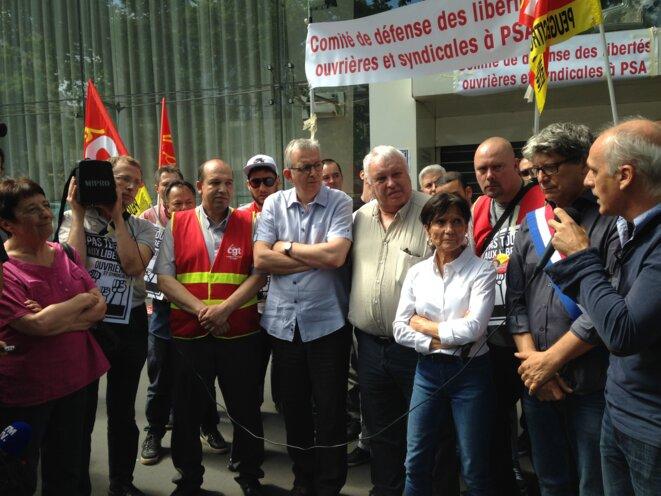 Les représentants des différentes sensibilités de gauche rassemblés au sein du comité de défense, devant le siège de PSA. © C.A.