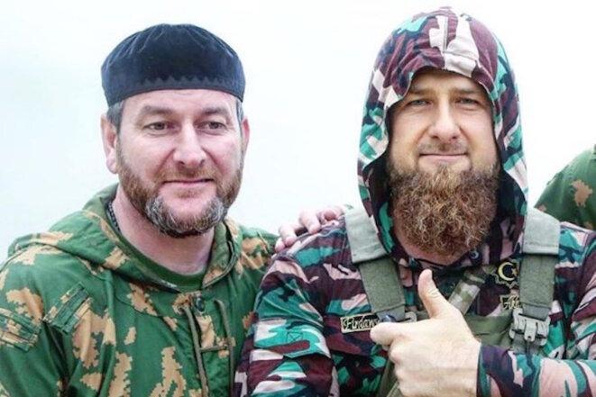 Aslan Iraskhanov, commandant du régiment de police où la tuerie aurait eu lieu, en compagnie du président tchétchène Ramzan Kadyrov.