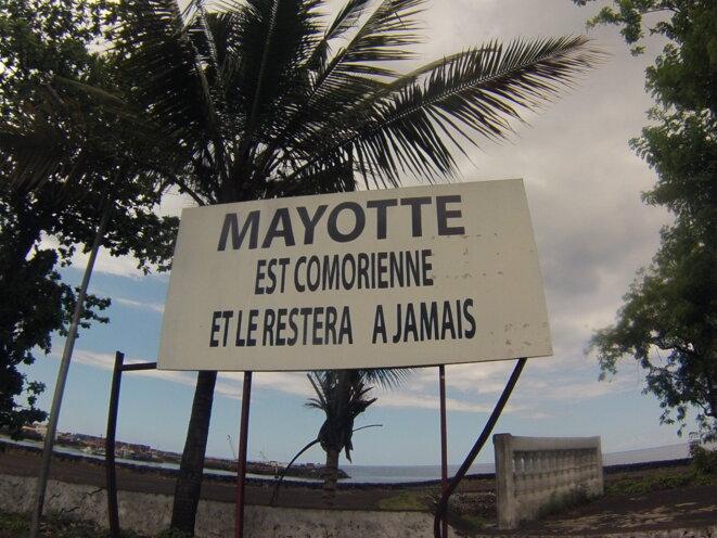 Panneau officiel dans les rues de la capitale des Comores, Moroni. © Damien Gautreau