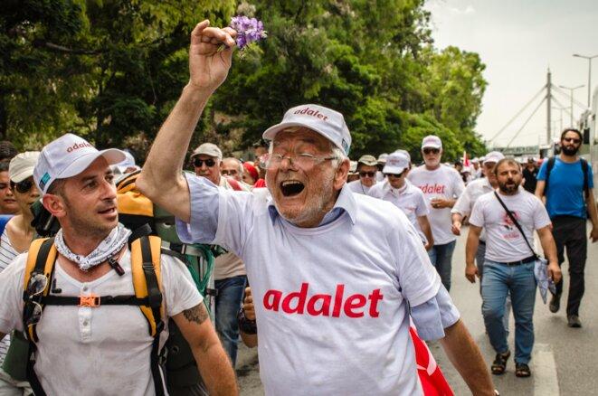 Un marcheur septuagénaire presse le pas criant Hak Hukkuk Adalet (Loi, Légalité, Justice) juste avant de pénétrer dans la province d'Istanbul © Jérémie Berlioux