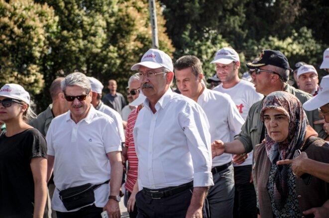 Kemal Kiliçdaroglu, leader du Parti Républicain du Peuple (CHP, Kémaliste) au départ de son 23e jour de marche depuis Ankara. 16 kilomètres sous un soleil de plomb pour entrer dans Istanbul © Jérémie Berlioux