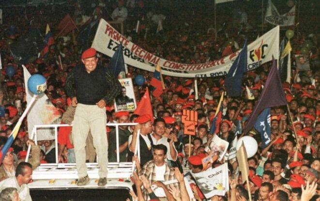 Hugo Chavez en décembre 1998, après avoir gagné les élections et célébrant sa victoire dans la rue