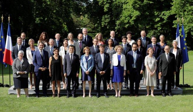 Emmanuel Macron et Édouard Philippe, entourés des 29 membres du gouvernement © gouvernement.fr