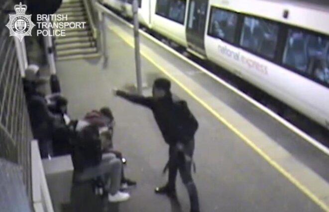 Le 22 mai 2016, à Ockendon station, dans l'Essex, une caméra de sécurité enregistre l'agression à l'acide de cinq jeunes hommes âgés de 16 à 22 ans par l'un de leur ami âgé de 17 ans. Ce dernier sera condamné à huit ans de prison. Certaines victimes portent des cicatrices à vie. Image : British police transport.