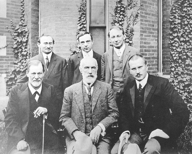 Freud : premier rang, au centre ; Jung, premier rang, tout à droite.