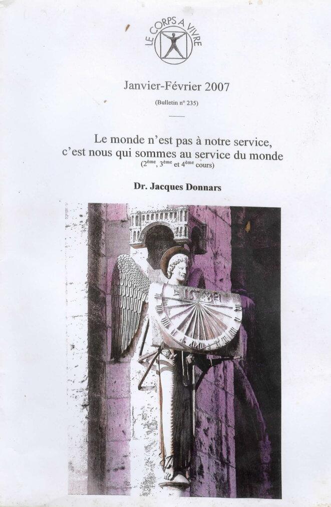 L'ange au cadran solaire sur la cathédrale de Chartres (Couverture de l'un des cachiers édité par l'Association Le corps à vivre, alors présidée par Jacques Donnars).