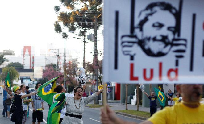En Curitiba, donde se encuentra la sede del tribunal, brasileños celebran la condena del expresidente Lula. © Reuters