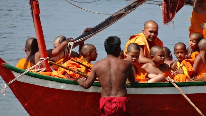 bouddhistes exilés et leurs jolis uniformes