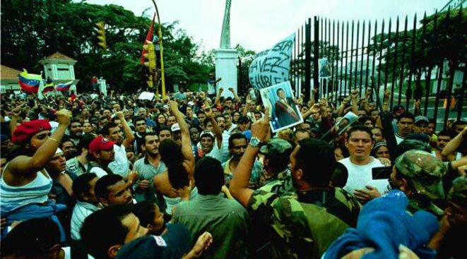 Le peuple devant le palais présidentiel exige la libération de Chavez